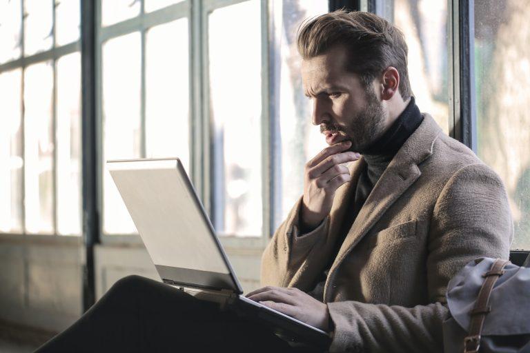 mann vor dem Computer nachdenklich sitzend, Wie schreibe ich einen Business Plan Workshop auf Nötzwerk.at