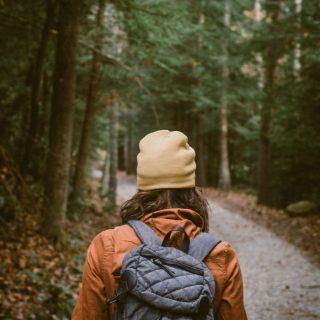 Frau mit Haube udn Rucksack im Wald - Workshop: Selbstvertrauen stärken